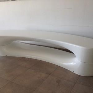 Boomerang bænke og plint i hvid polyethylen.