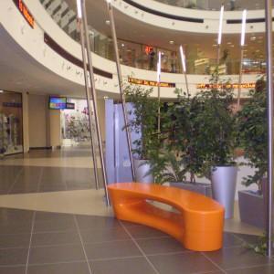 Boomerang bænk og plint, orange, indendørs.