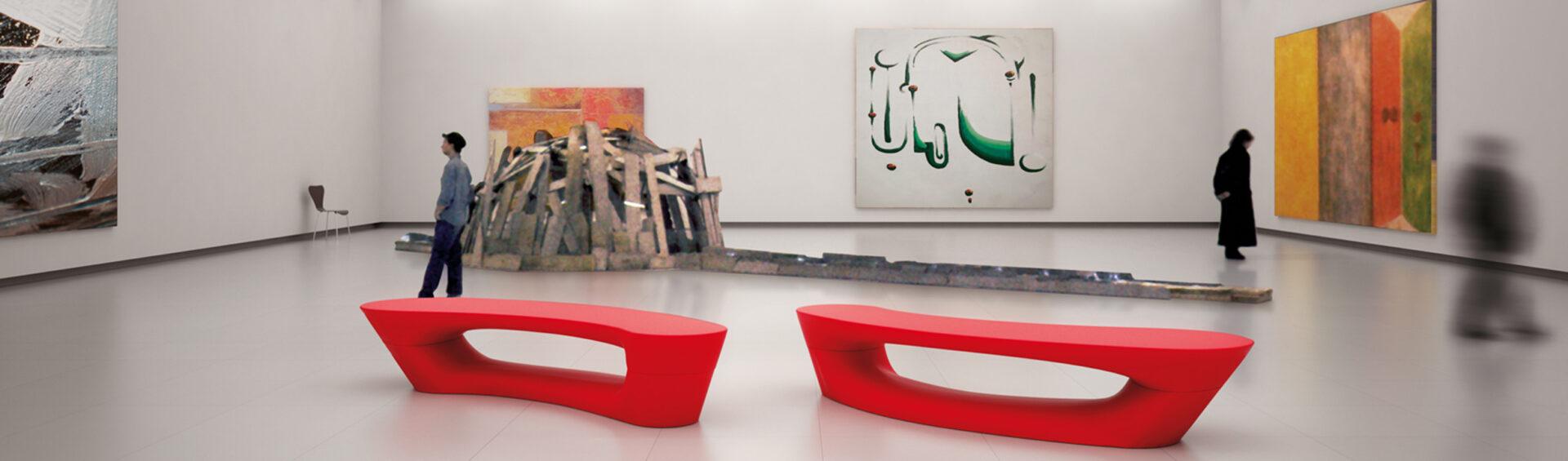 Boomerang bænke, røde, på museum