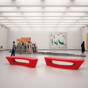 Boomerang bænke og plinte, røde på museum.