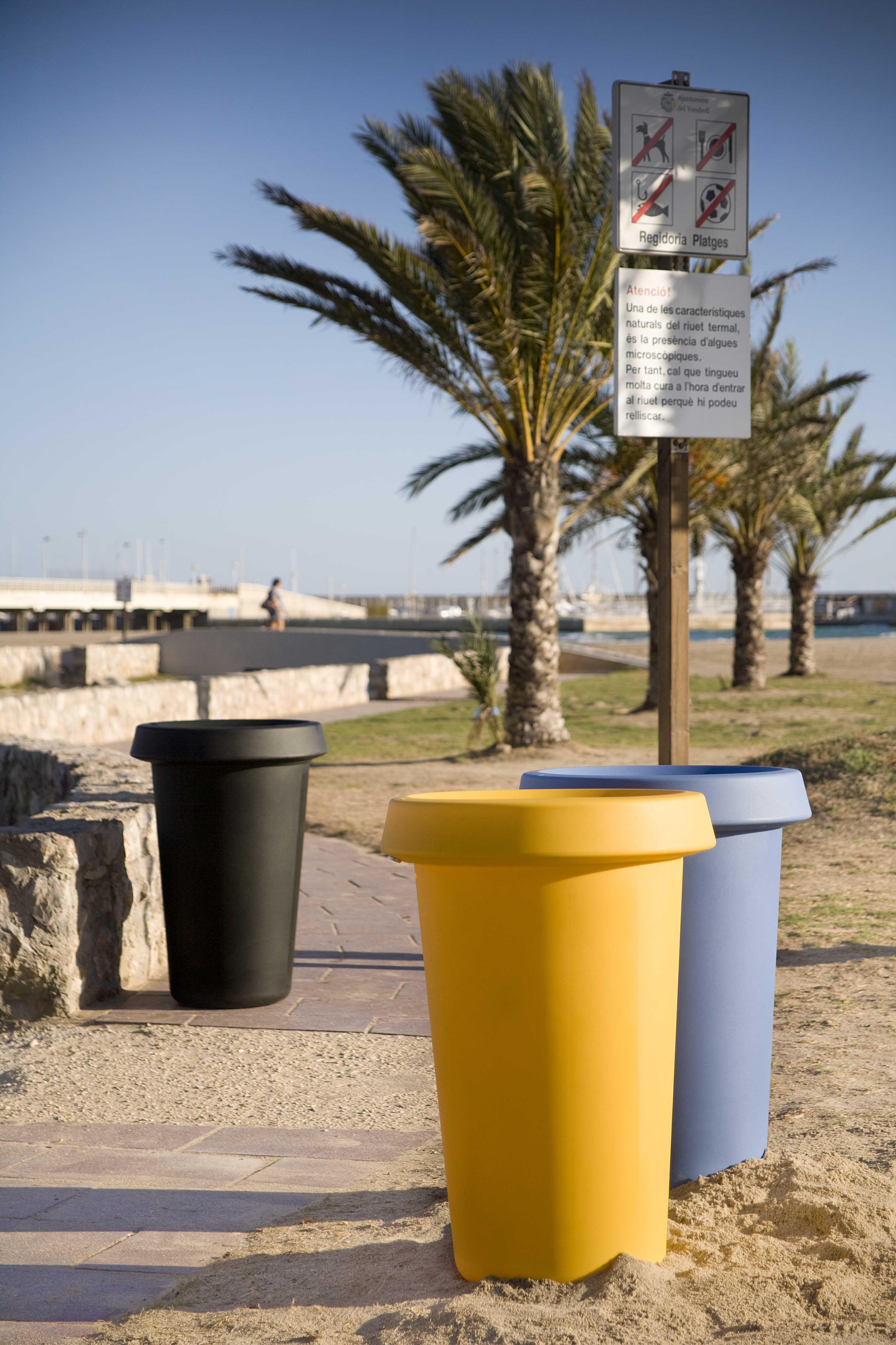 Giro affaldskurve og affaldsspande på strand