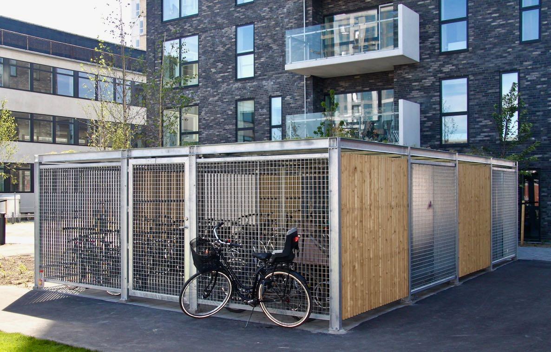Keep cykeloverdækning på Amager Strandpark med beklædning i gitterriste og Superwood. Sedum på tag.