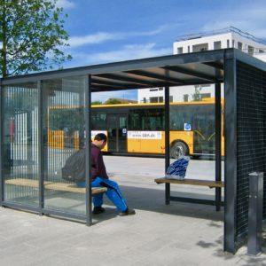 Keep busstop og venteskure ved Ishøj Stationsplads.