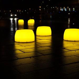 Lightdrops bænke og plinte i mørke, Struer Kommune.